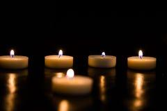 Kaarsen op een zwarte achtergrond Royalty-vrije Stock Foto's