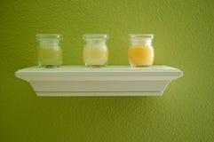 Kaarsen op Plank Stock Afbeelding