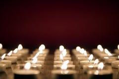 Kaarsen op rode achtergrond, al concept van de heiligendag Stock Afbeeldingen
