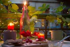 Kaarsen op romantische lijst bij recente avond Royalty-vrije Stock Afbeelding
