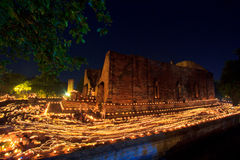 Kaarsen rond de oude tempel Stock Fotografie