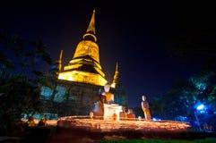 Kaarsen rond de oude tempel Stock Foto's
