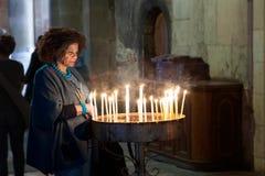Kaarsen van de gebeden begraven de christelijke verlichting in Heilig Kerk in Jeruzalem, Israël royalty-vrije stock afbeeldingen