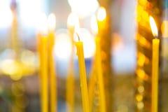kaarsen van natuurlijke wasbrandwond in de kerk stock foto