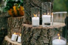 Kaarsen in verfraaide drinkbekers Huwelijksdecoratie in rustieke stijl Uitjeceremonie huwelijk in aard royalty-vrije stock foto