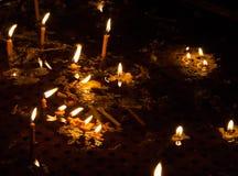 Kaarsen in water van de Kerk stock afbeelding