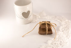 Kaarsenhouder met hart, kant en chocolateh op een witte backgrau Royalty-vrije Stock Foto