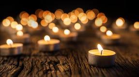 Kaarsenlicht in komst Kerstmiskaarsen die bij nacht branden Gouden licht van kaarsvlam Stock Foto