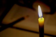 Kaarsenlicht met open vage boekachtergrond in de Kerk e Royalty-vrije Stock Afbeeldingen