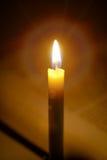 Kaarsenlicht met open vage boekachtergrond in de Kerk e Stock Foto's