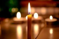 Kaarsenlicht met vage boekachtergrond in de Kerk Stock Fotografie