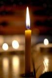 Kaarsenlicht met vage boekachtergrond in de Kerk Royalty-vrije Stock Foto