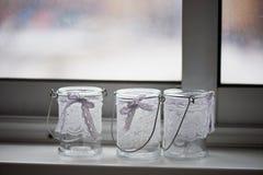 3 kaarshouder in de vorm van een Kop met kanttribune op de vensterbank comfort Royalty-vrije Stock Afbeeldingen