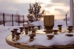 Kaarshouder dichtbij orthodoxe kerk, in zonsondergangtijd, Rusland Royalty-vrije Stock Foto's