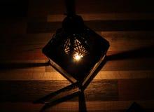 Kaarslicht in de duisternis en kaarshouder stock afbeelding