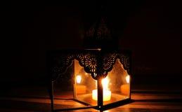 Kaarslicht in de duisternis en kaarshouder royalty-vrije stock foto's