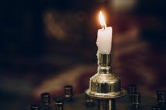 Kaarslicht, die op altaar in kerk vlammen heilige huwelijksceremonie, stock fotografie