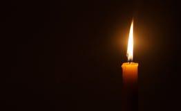 Kaarslicht in duisternis als licht voor het leven Stock Fotografie