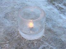 Kaarslicht in een ijskom stock foto's
