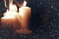 Kaarslicht geïsoleerde zwarte met sneeuw Royalty-vrije Stock Foto's