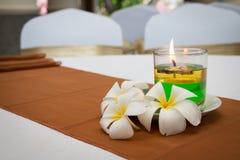 Kaarslicht met bloem voor kuuroord en massages Royalty-vrije Stock Foto