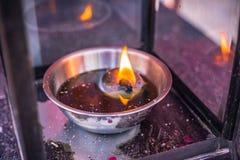 Kaarslicht met het symbool van de brandvlam van spiritual stock foto