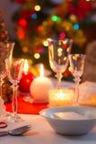 Kaarslicht, wafeltje en giften op de Kerstmislijst royalty-vrije stock foto