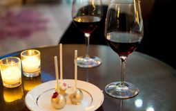 Kaarslichtwijn en dessert Royalty-vrije Stock Afbeelding