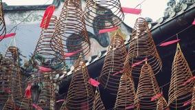 Kaarsrook in een tempel in Azië De wierook en de wierook roken met kaars en vlam voor de zegen en de gebeden stock videobeelden