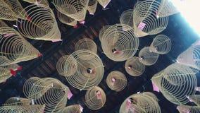 Kaarsrook in een tempel in Azië De wierook en de wierook roken met kaars en vlam voor de zegen en de gebeden stock footage