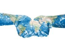 Kaart die op handen wordt geschilderd Concept het hebben van de wereld in onze handen stock foto