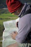 Kaart en kompas die in openlucht orienteering Stock Afbeelding