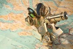 Kaart en sextant stock afbeeldingen
