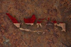 Kaart en vlag van Indonesië op roestig metaal stock foto's