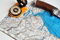 Kaart, kompas, en een mes. Royalty-vrije Stock Afbeelding