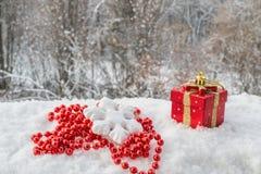 Kaart met Kerstmisstuk speelgoed en parels Stock Afbeelding