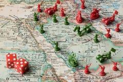 Kaart met stuk speelgoed militairen van de Midden-Oostenspanningen stock foto's