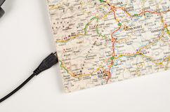 Kaart met USB-kabel royalty-vrije stock fotografie
