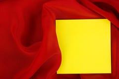 Kaart op rode gekleurde satijndoek. Royalty-vrije Stock Foto's