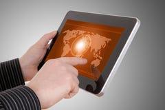 Kaart op tablet, op zakenmanhanden Royalty-vrije Stock Afbeelding