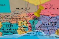 Kaart van Benin met een gele geplakte punaise Stock Fotografie