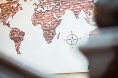 Kaart van de wereld, Aardekaart, Kaart met compas stock foto