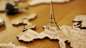 Kaart van Europa, Frankrijk, houten model De Toren van Eiffel Toeristische attracties, reis planning stock videobeelden