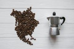 Kaart van Noord-Amerika van geroosterde koffiebonen wordt gemaakt die op witte houten geweven achtergrond met koffiezetapparaat l Stock Afbeelding