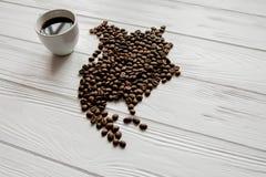 Kaart van Noord-Amerika van geroosterde koffiebonen wordt gemaakt die op witte houten geweven achtergrond met kop van koffie legg Royalty-vrije Stock Foto