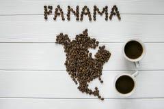 Kaart van Panama van geroosterde koffiebonen wordt gemaakt die op witte houten geweven achtergrond met twee koppen van koffie leg Royalty-vrije Stock Afbeeldingen
