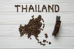 Kaart van Thailand van geroosterde koffiebonen wordt gemaakt die op witte houten geweven achtergrond met stuk speelgoed trein leg Royalty-vrije Stock Foto