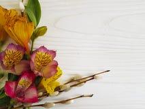 Kaart van wilgen de pluizige alstroemeria boven lijst aangaande een witte houten achtergrond Stock Fotografie