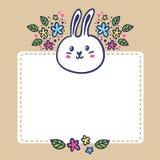 Kaartachtergrond met konijn, bloemen en ruimte voor tekst Stock Foto's