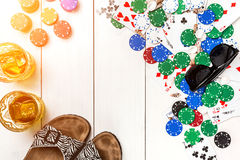 Kaartdek door pookspaanders en verspreide zeeschelpen op witte houten achtergrond met exemplaarruimte die wordt omringd Royalty-vrije Stock Afbeeldingen